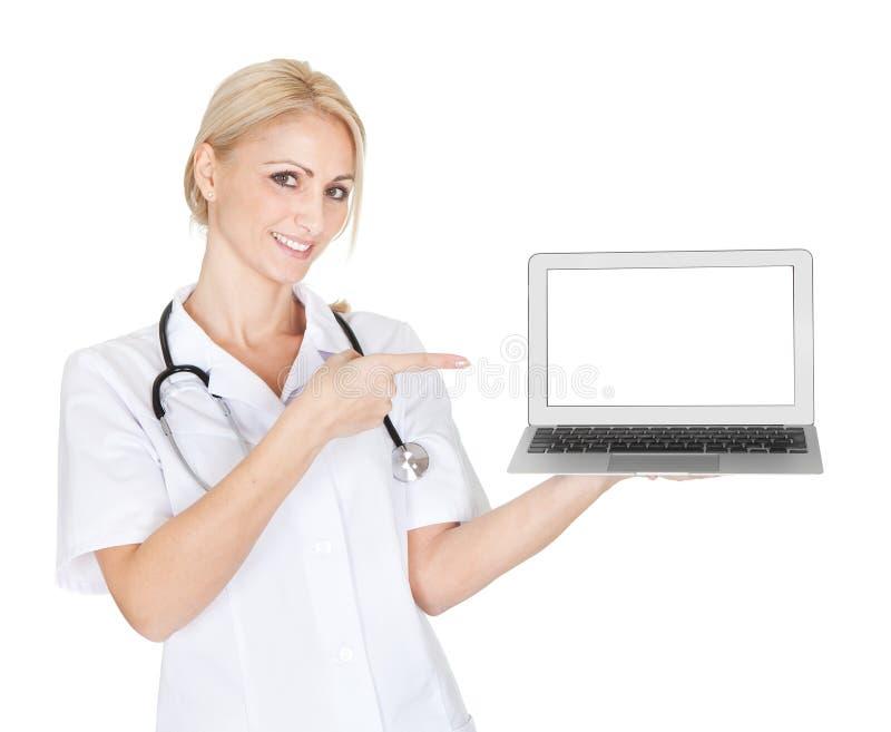当前膝上型计算机的微笑的医生妇女 库存照片
