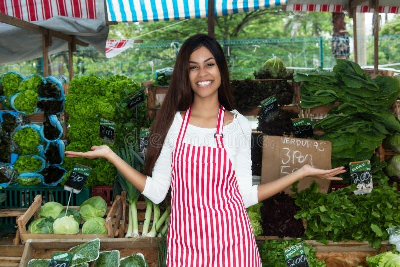 当前菜和沙拉的拉丁美洲的妇女在农夫 免版税库存图片