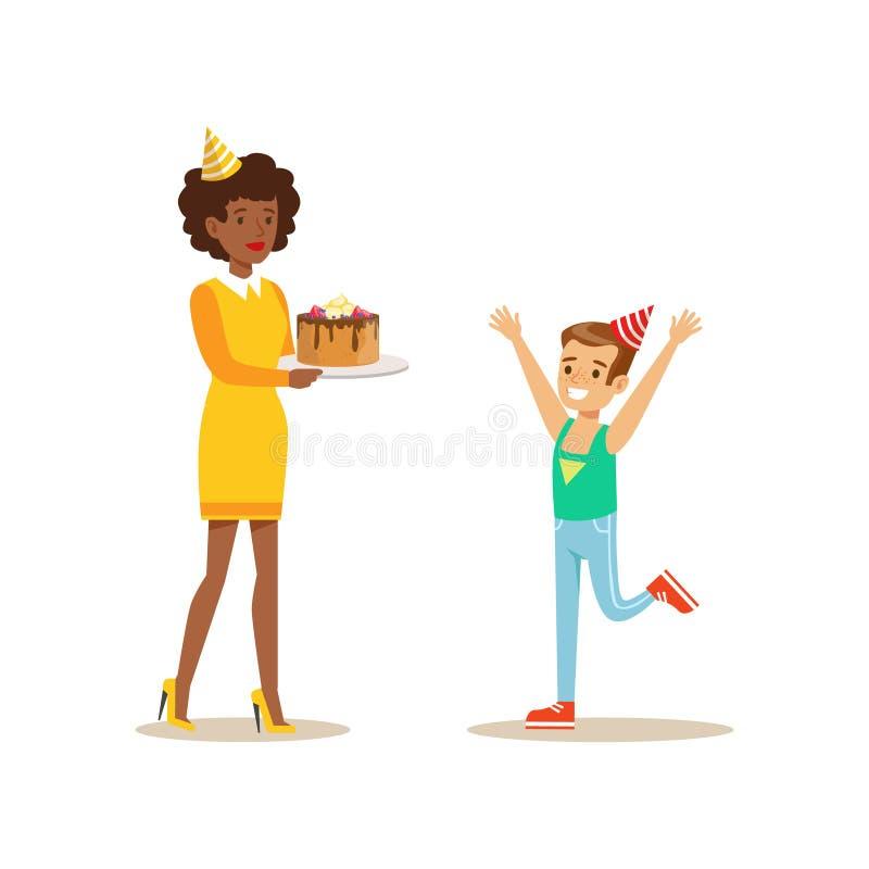 当前蛋糕对男孩,孩子与动画片微笑的字符的生日聚会场面的妇女 皇族释放例证