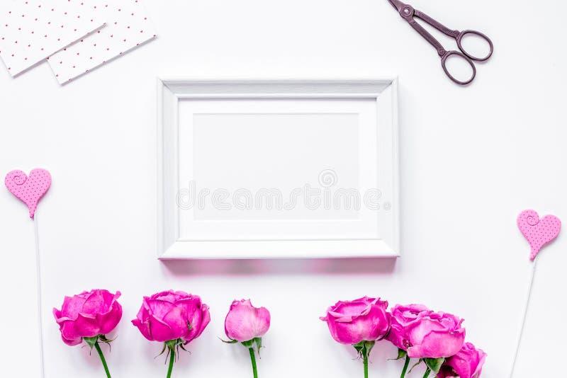 当前设计有牡丹花束和白色框架顶视图嘲笑 库存照片