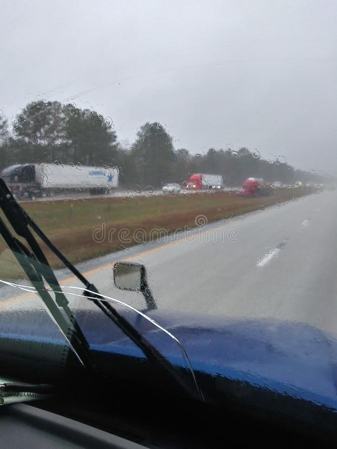 当卡车司机在下雨天丢失控制 免版税库存图片