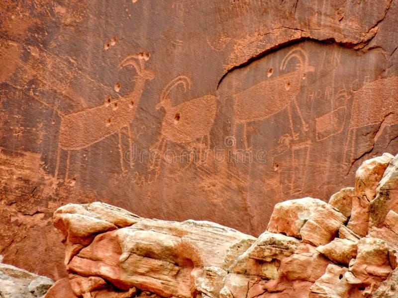 当地美洲印第安人佛瑞蒙刻在岩石上的文字资本礁石国家公园犹他 图库摄影