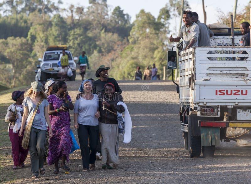 当地Dorze人民围拢的西部游人 Hayzo村庄 库存照片