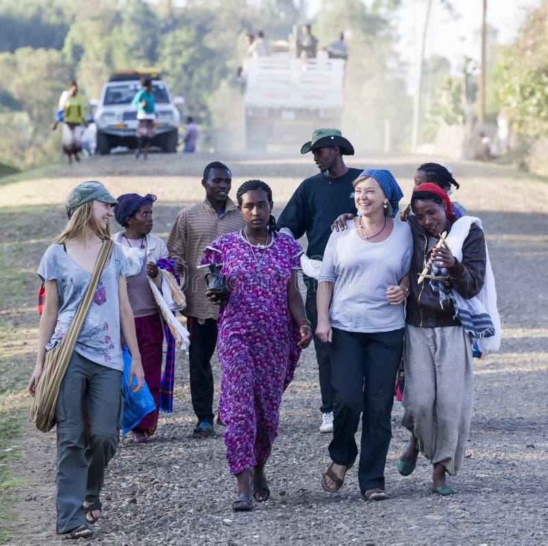 当地Dorze人民围拢的西部游人 Hayzo村庄 免版税库存照片