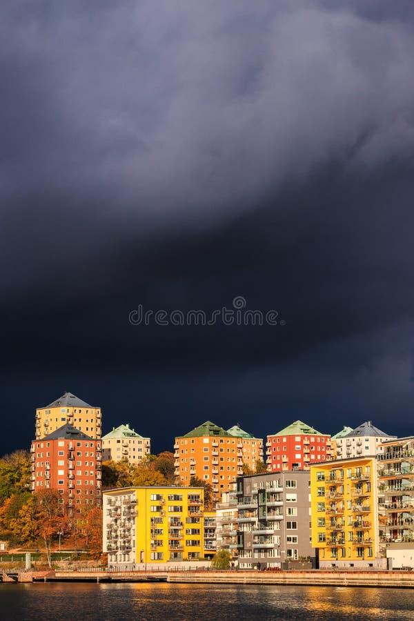 当坏秋天天气接近斯德哥尔摩的瑞典首都天空变暗 免版税库存图片