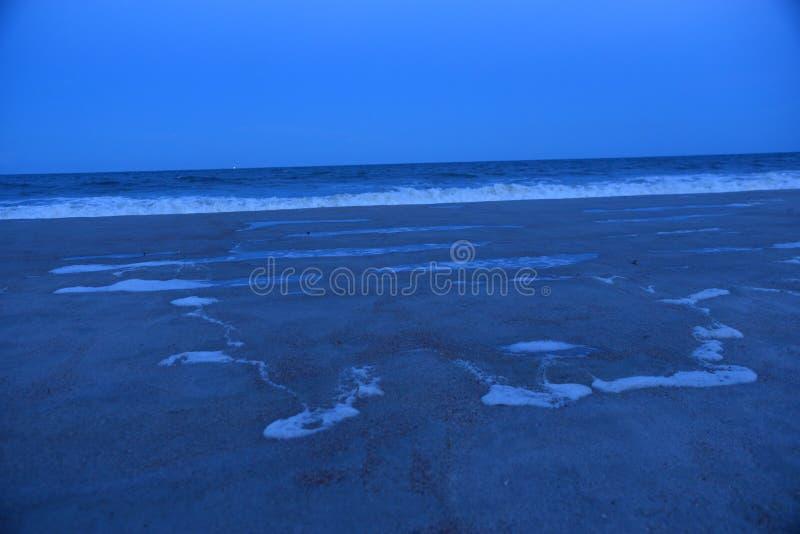 当夜开始沿含沙海岸线,降临潮汐水池开发 免版税库存图片