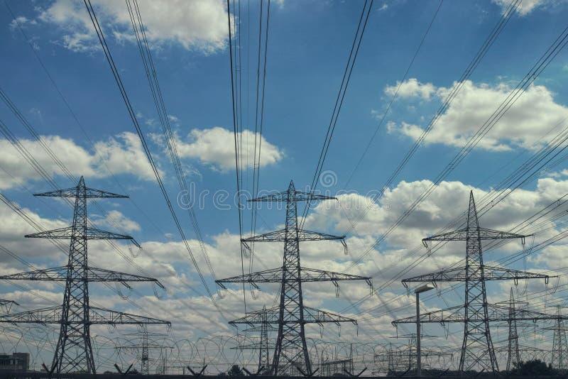 当太阳在背景蓝色,设置电能排行 库存照片