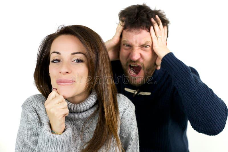 当妇女笑是淘气的时,供以人员呼喊 免版税图库摄影