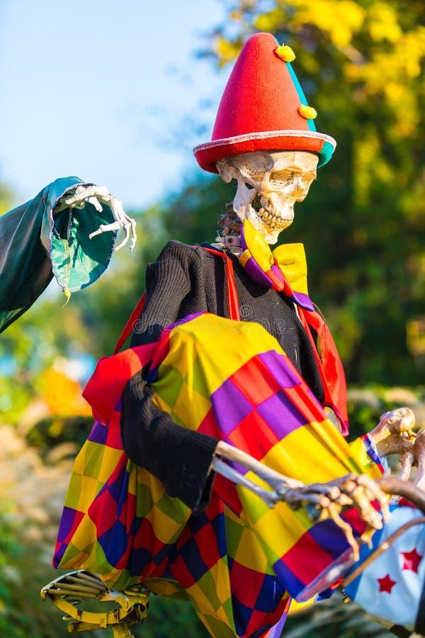 当手的骨头跟随它时,万圣夜骨骼骑自行车 免版税库存图片