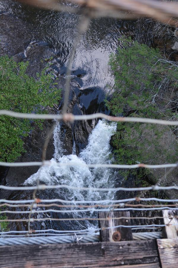当摄影师做他的横跨河的方式平旋桥做  免版税库存照片