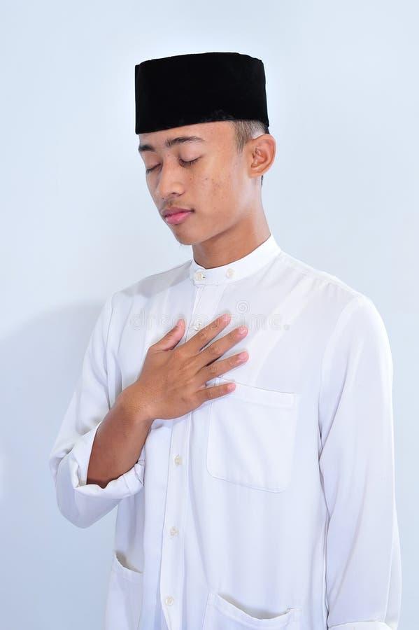 当斋戒在斋月kareem时,英俊的年轻穆斯林画象更加耐心 库存图片