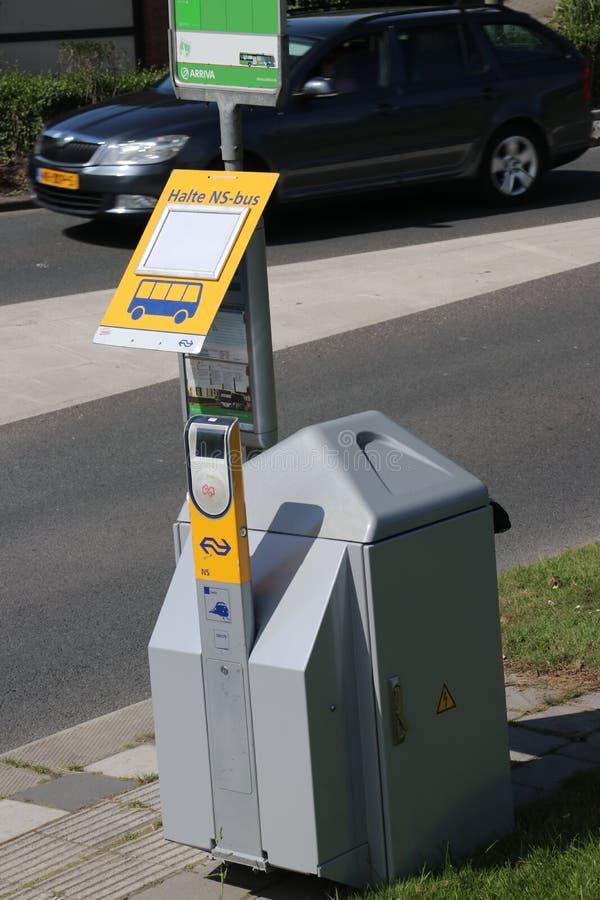 当旅客必须乘公共汽车跑而不是火车在驻地nIeuwerkerk aan小室IJssel时,签到termainal 库存图片