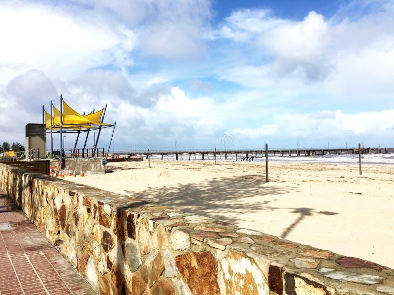 当明亮的蓝天接触沙滩 图库摄影