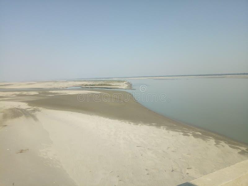 当河得到干燥在atumn季节 一条干燥河的照片 图库摄影