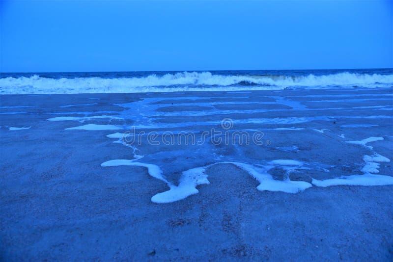 当海浪滚动在沿海海岸线上,潮汐水池形成 免版税库存照片