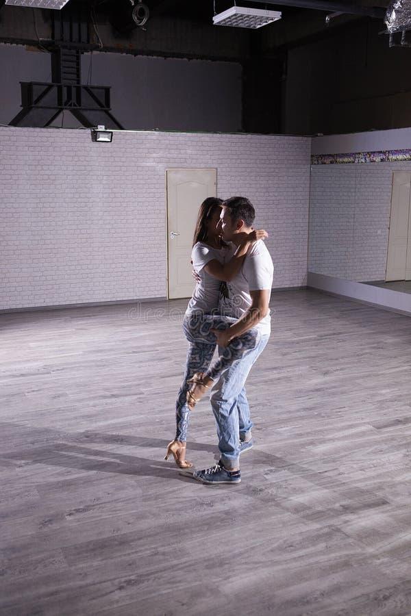 当激情接收您的身体时您跳舞kizomba 库存图片