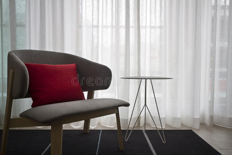 当代内部灰色椅子纯粹帷幕 库存图片