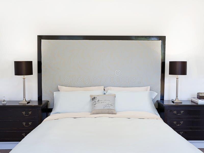 当代卧室或旅馆套房 库存图片