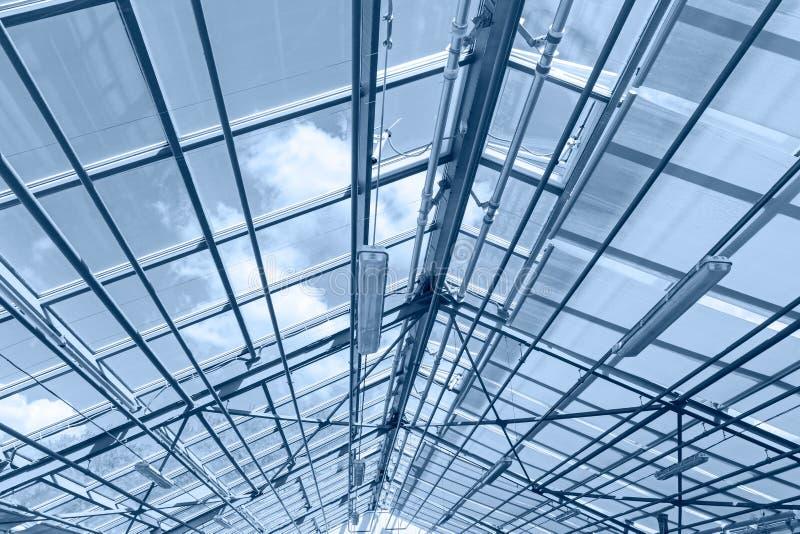 当代温室玻璃天花板  钢屋顶捆绑det 库存照片