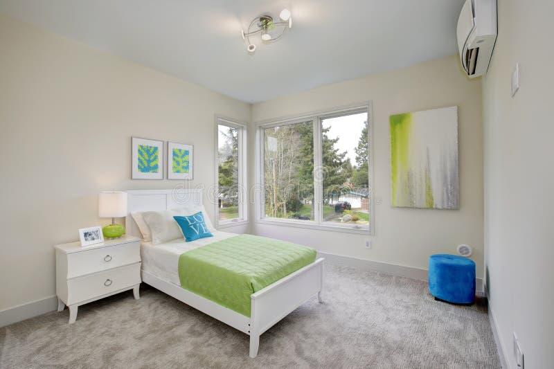 当代蓝色和绿色孩子` s卧室 免版税库存图片