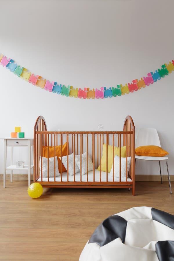 当代设计宽敞婴孩室 库存照片
