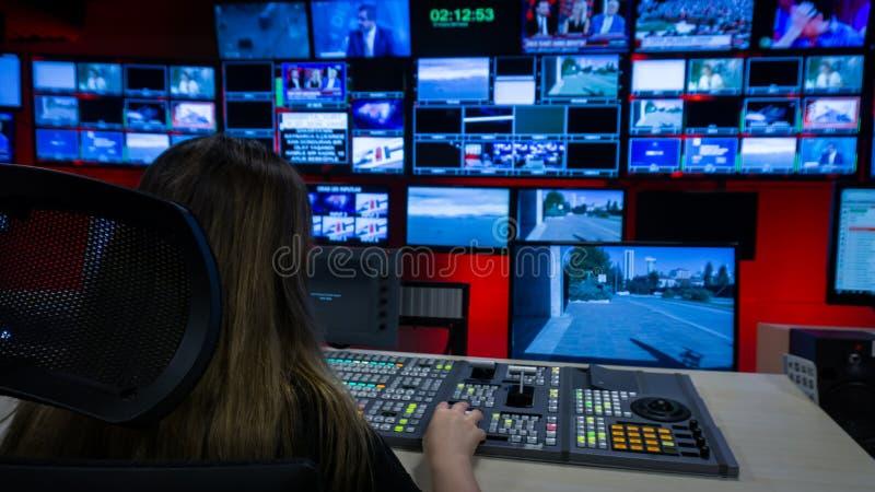 录影调转工和屏幕在电视控制室 免版税库存照片