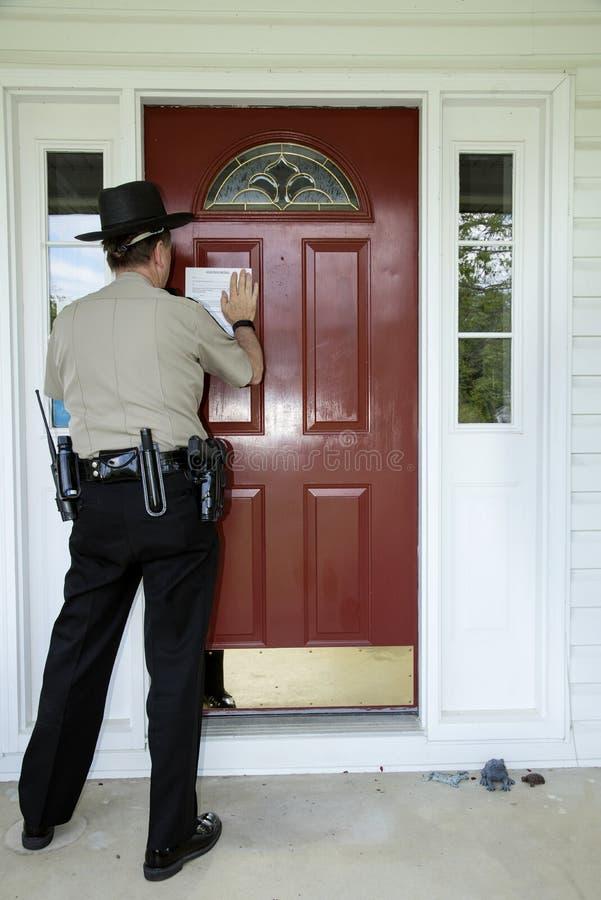 录音对门的赶出通知由执法人员 免版税库存照片