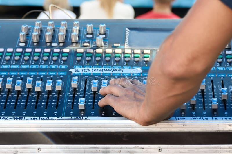 录音师调整在专业设备的声音 免版税图库摄影