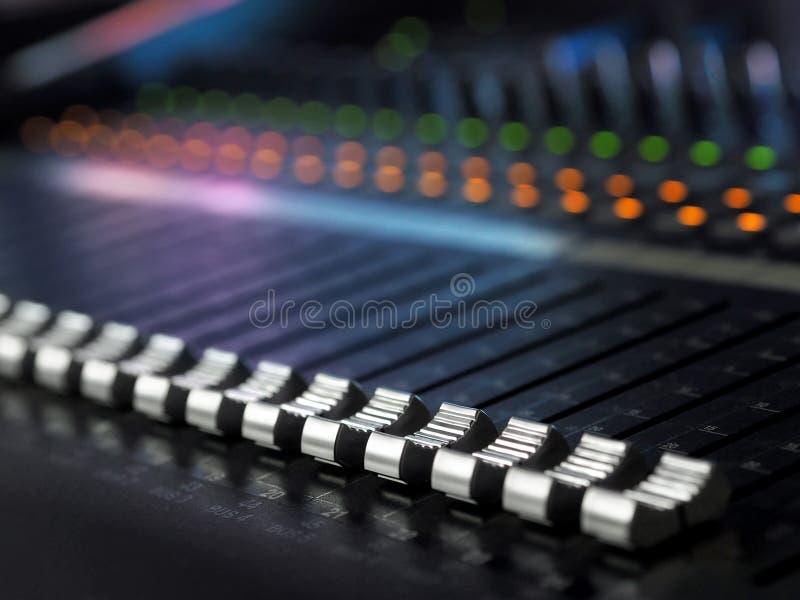 录音演播室混合的书桌特写镜头 搅拌器控制板 免版税图库摄影