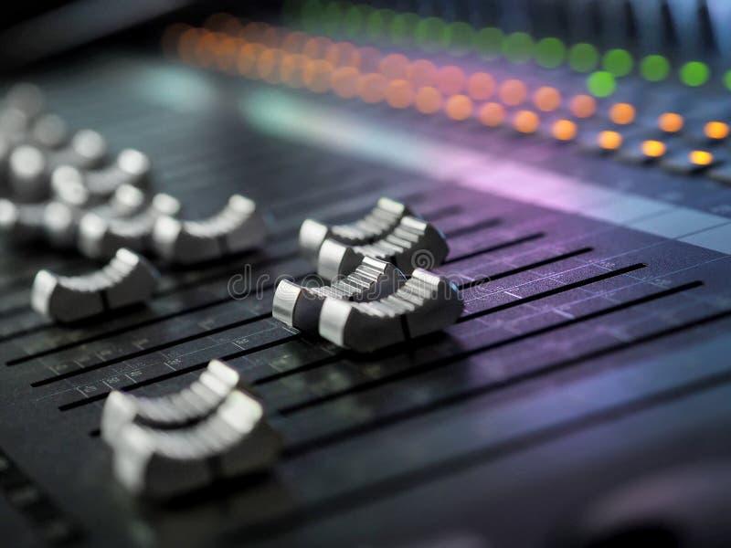 录音演播室混合的书桌特写镜头 搅拌器控制板 免版税库存照片