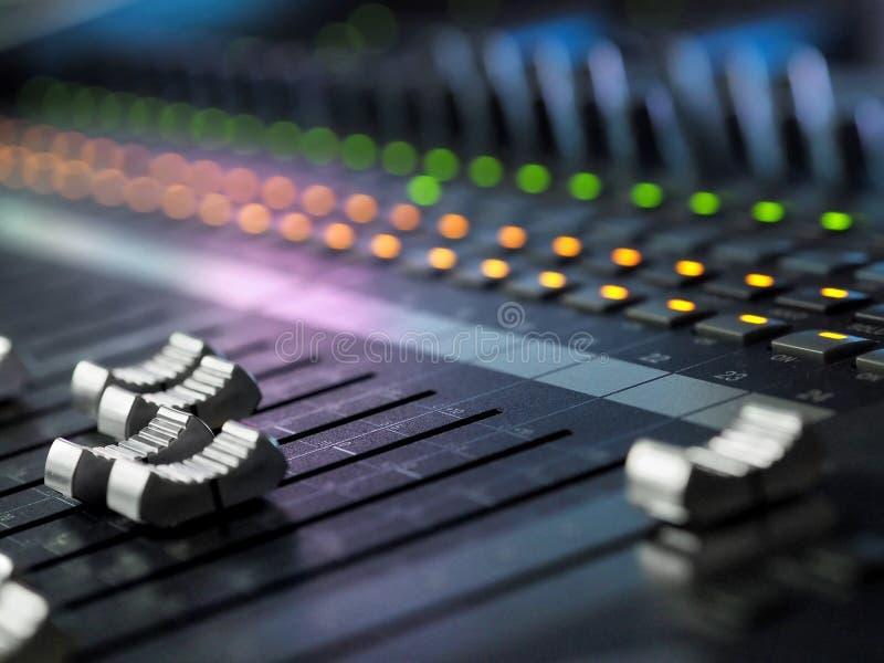 录音演播室混合的书桌特写镜头 搅拌器控制板 图库摄影