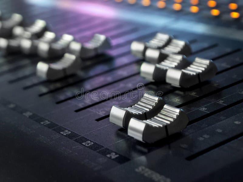 录音演播室混合的书桌特写镜头 搅拌器控制板 免版税库存图片