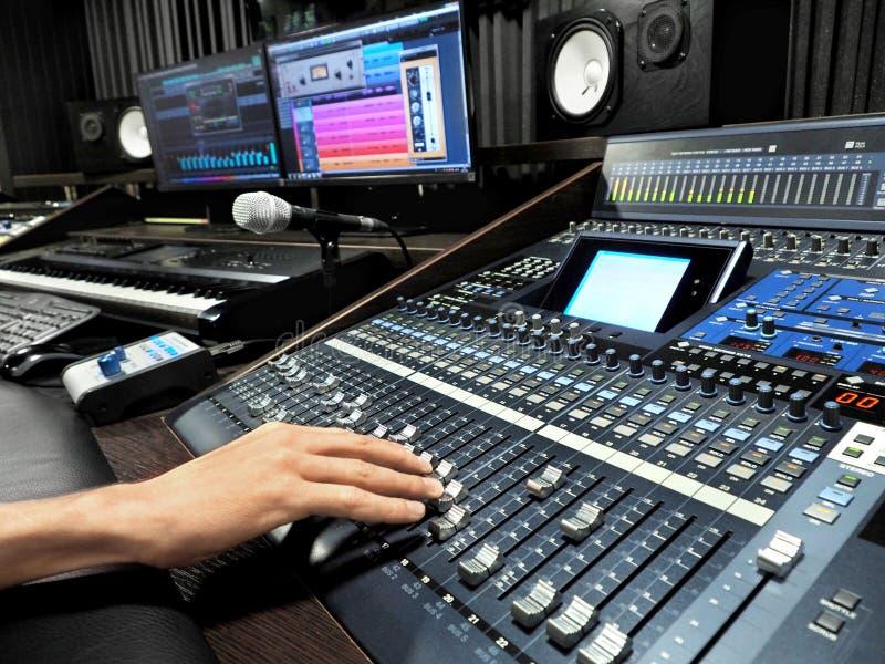 录音演播室用音乐录音设备 免版税库存图片