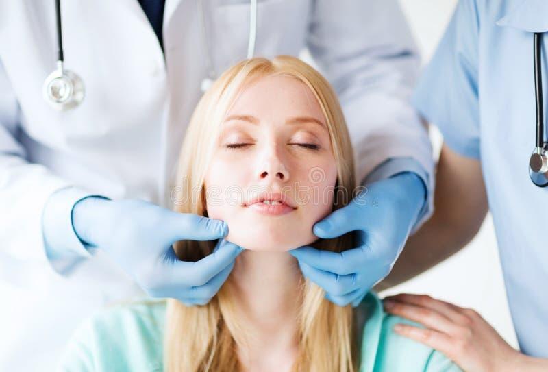 整形外科医生或医生有患者的 免版税库存照片