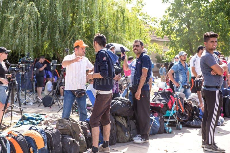 形成一条等候行列的难民在Tovarnik 免版税库存图片