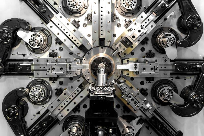 形成工业机器的导线和条纹运转在工厂 C 库存照片