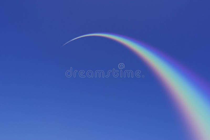 形成弧光的蓝色彩虹天空 免版税库存照片
