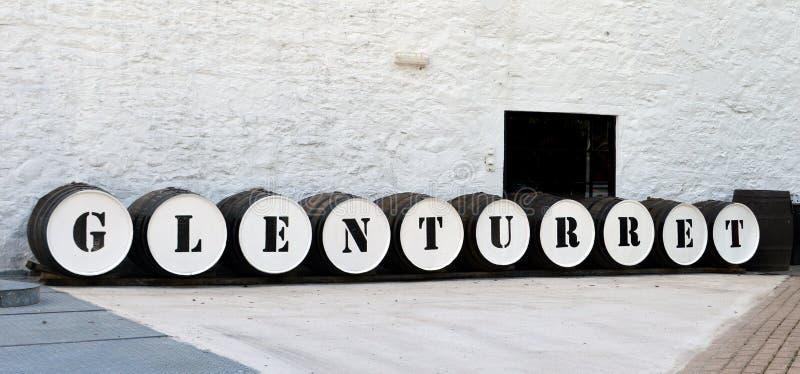 形成标志的威士忌酒桶在苏格兰槽坊 免版税图库摄影