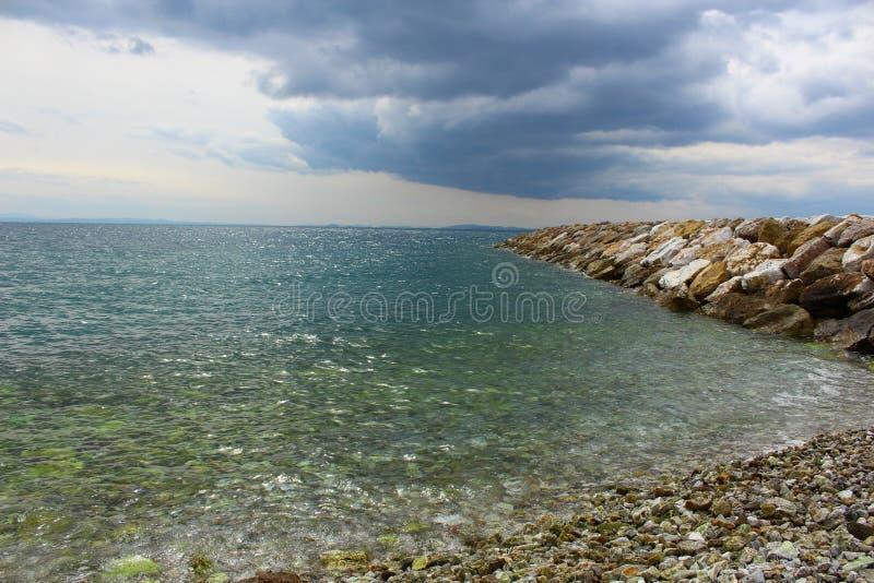 形成港口的被堆积的石头 库存照片