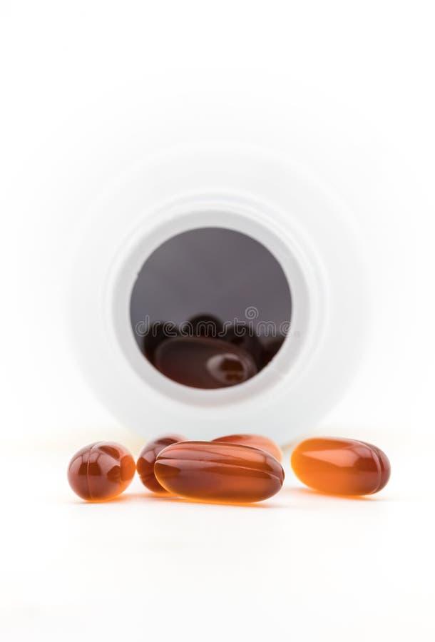 形成胶冻与塑料瓶的药片在白色背景 免版税库存图片