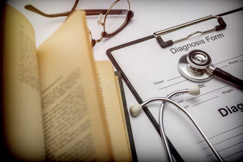 形成诊断在一本老作业簿旁边到听诊器 库存照片