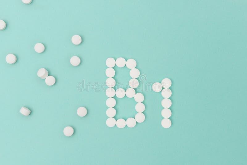 形成词` B1 `的维生素B1药片 库存照片