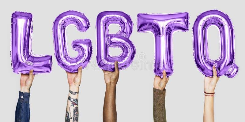 形成词LGBTQ的紫色字母表气球 免版税库存图片