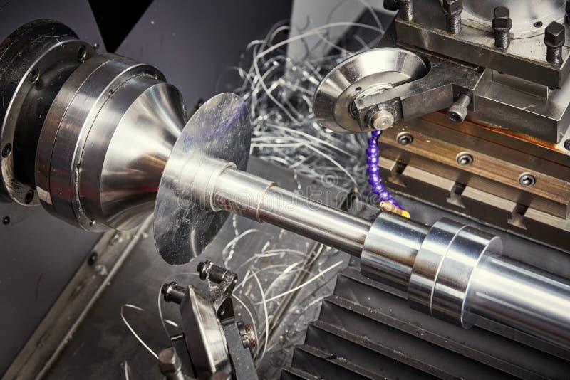 形成过程的金属板 在cnc车床机器的转动的空白 免版税库存照片