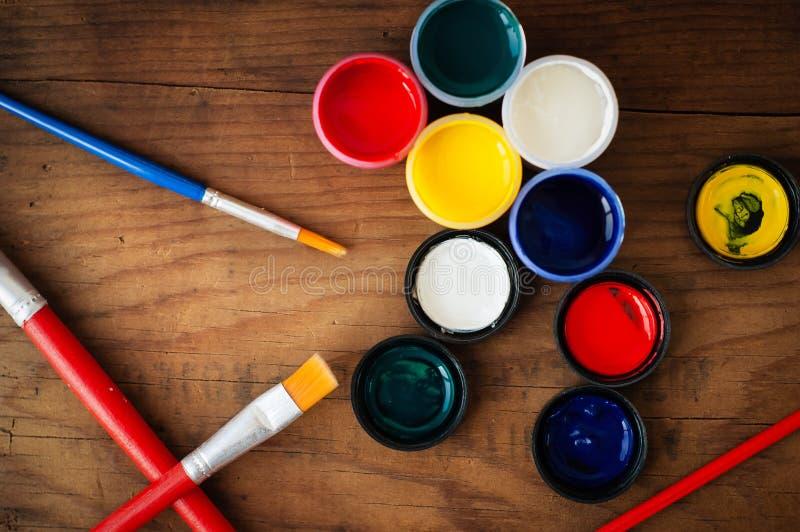 水彩和刷子在木背景 免版税图库摄影