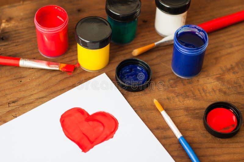 水彩和刷子在木背景 免版税库存照片