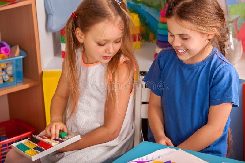彩色塑泥雕塑黏土对于儿童类 老师在学校教 库存图片