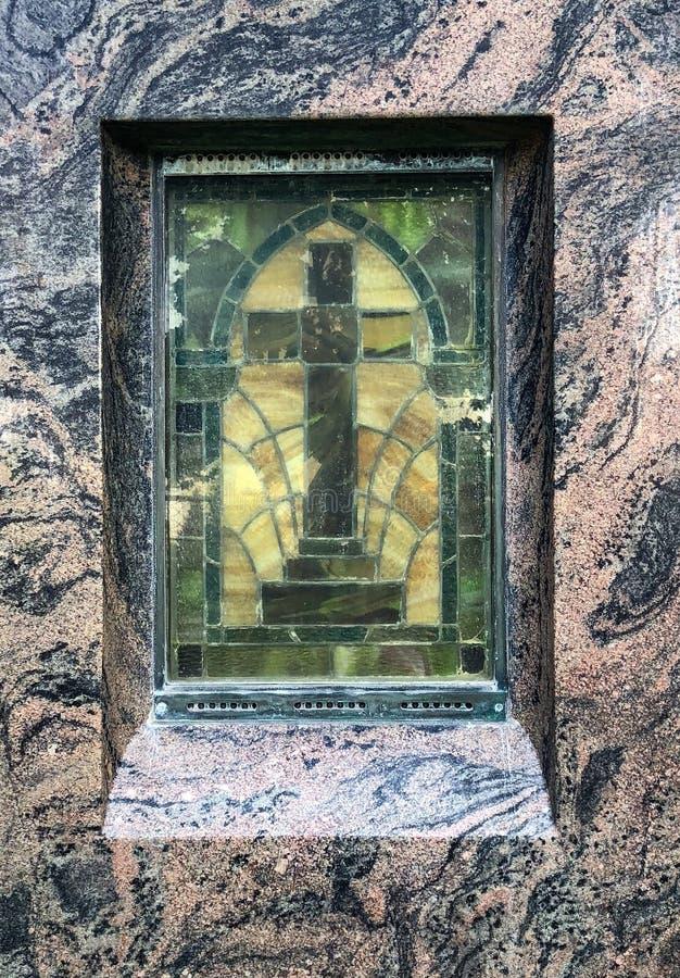 彩色玻璃十字架窗口 免版税图库摄影