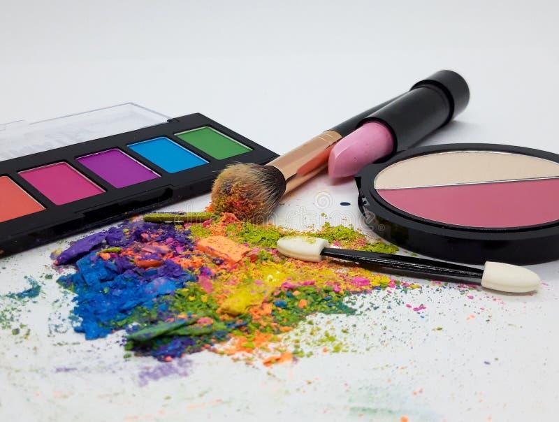 彩色粉碎眼影化妆粉及化妆品 免版税库存照片