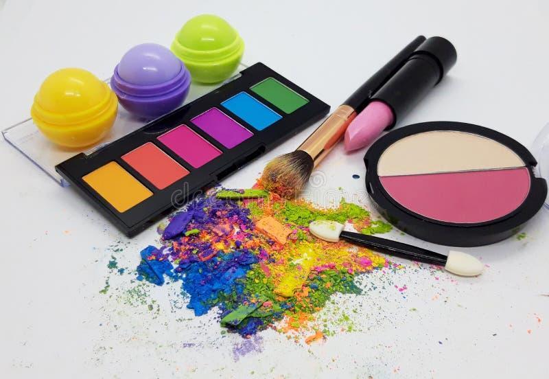 彩色粉碎眼影化妆粉及化妆品 免版税库存图片